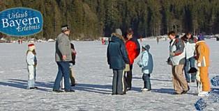 Eislaufen auf einem zugefrorenen See in Bayern